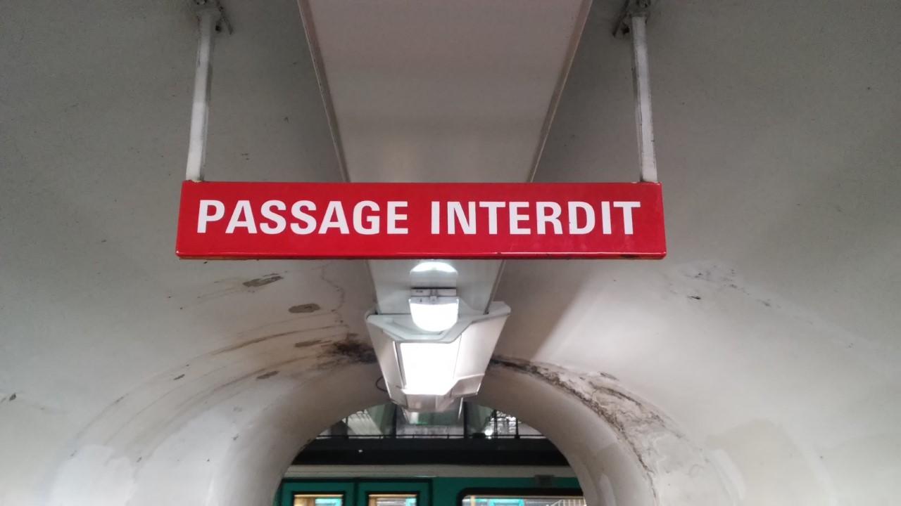 パリ 地下鉄 メトロ 進入禁止